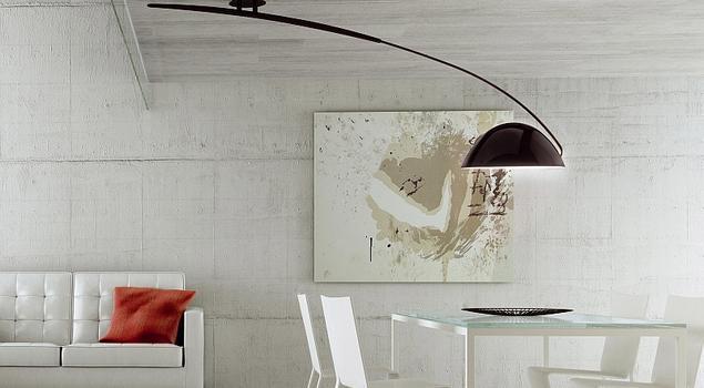 Lampy sufitowe i beton w salonie z jadalnią. Minimalistyczny salon
