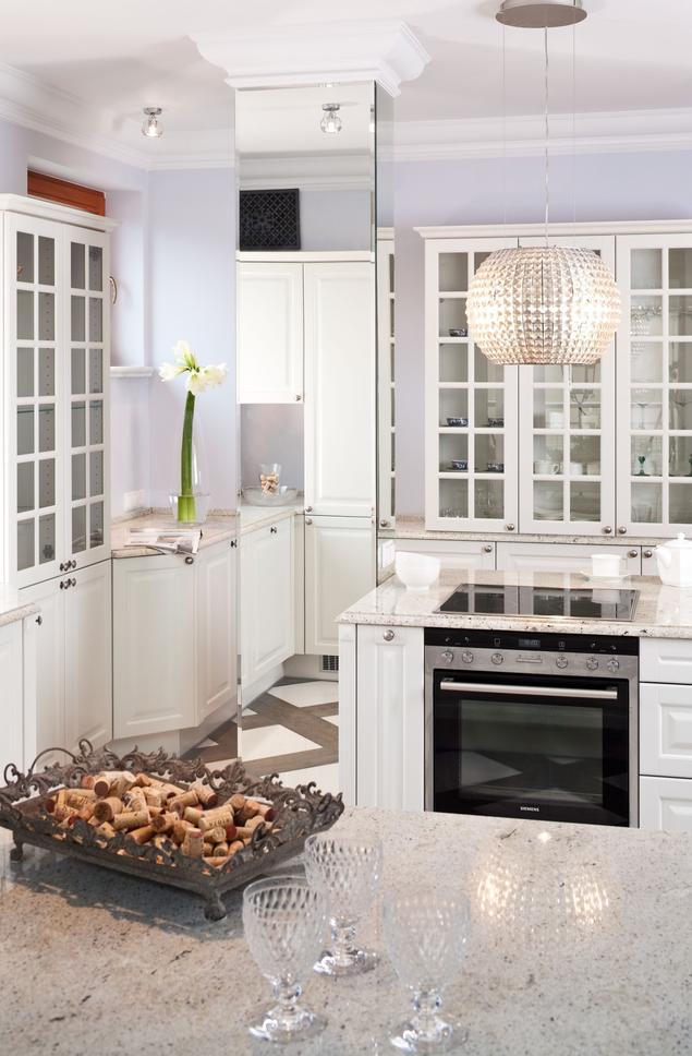 Zobacz galerię zdjęć Nowoczesna biała kuchnia z wyspą   -> Kuchnia Mala Z Wyspą