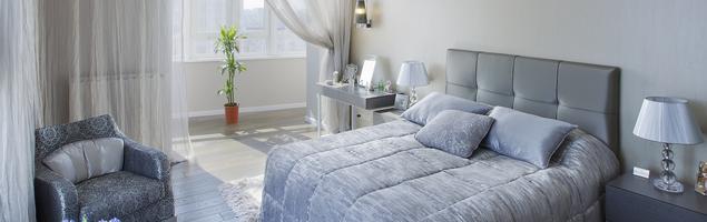 Nowoczesna sypialnia – srebro w roli głównej