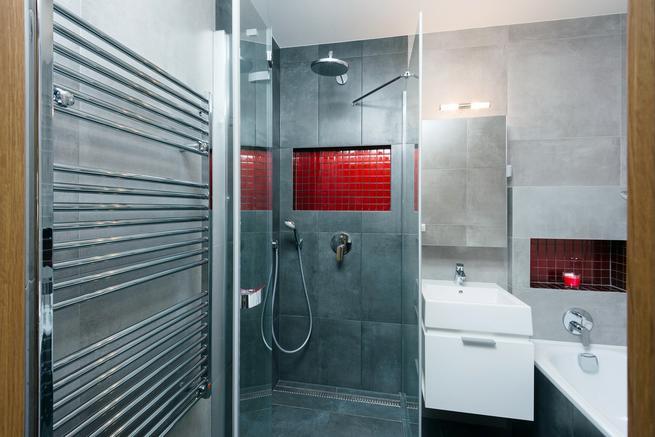 Szara łazienka z czerwonym akcentem – aranżacja nowoczesnej łazienki
